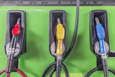 ¿Por qué El Salvador quiere subir impuesto a la gasolina?