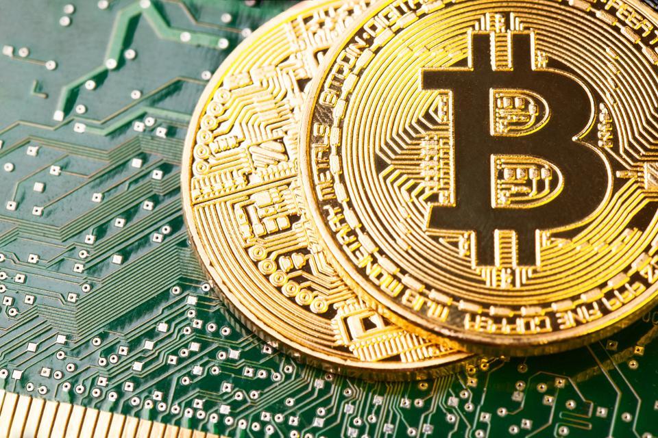 El bitcoin pierde la mitad de su valor en un mes