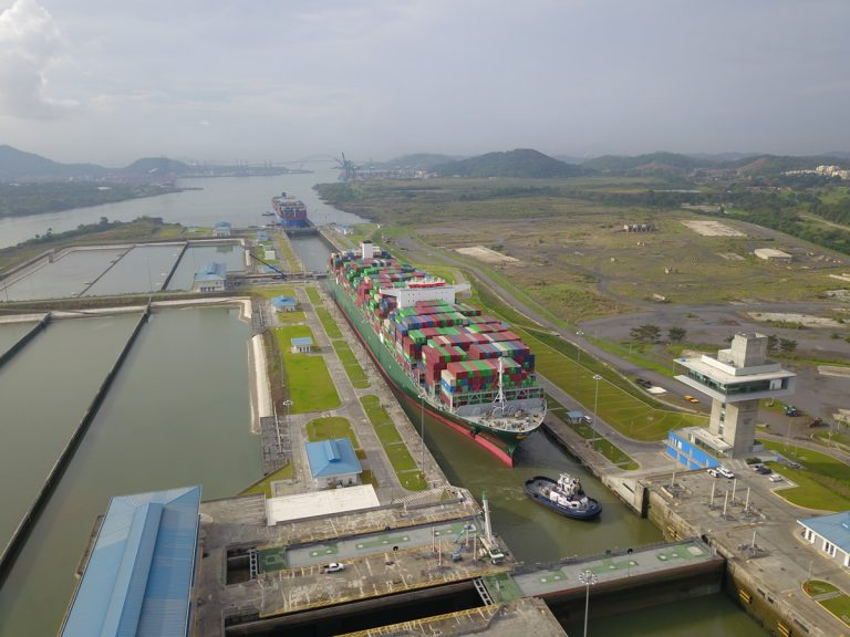 Buque portacontenedores rompe marca de capacidad y tamaño en el Canal de Panamá