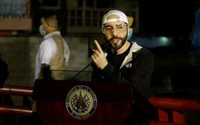 Cientos de salvadoreños protestan por fallo que habilita reelección de Bukele