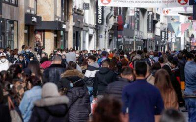 Restricciones abocan a un confinamiento en Europa y afloran protestas