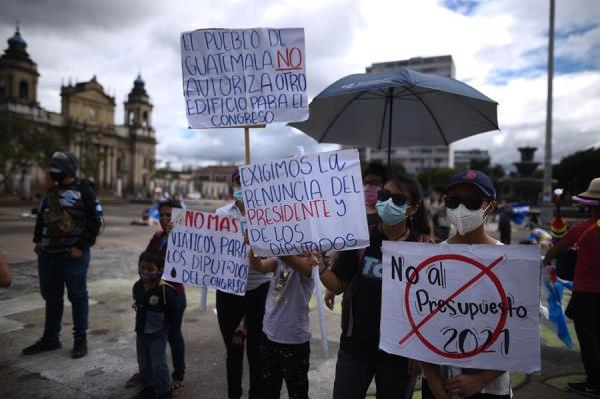 Decenas de guatemaltecos protestan de nuevo contra el presidente y el Congreso