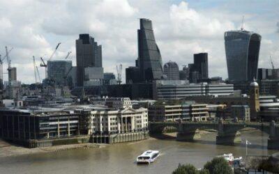 Reino Unido sale de la recesión al crecer el PIB el 15,5 %