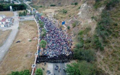Caravana migrante continúa detenida en la carretera en el este de Guatemala