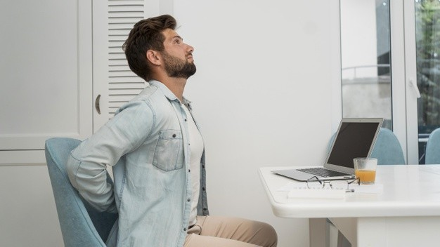5 maneras de evitar el dolor de espalda cuando teletrabajas