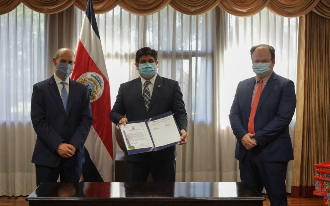 Costa Rica firma convenio para ser miembro pleno de CAF