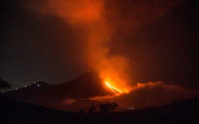 Guatemala cierra tres rutas de aeronavegación por caída de ceniza volcánica