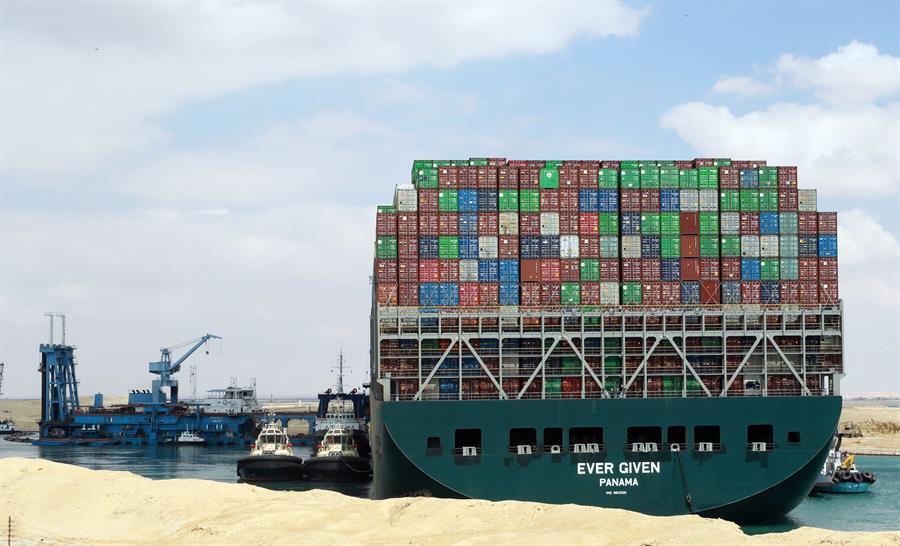 Canal de Suez sigue bloqueado por tercer día y más de 200 barcos esperan