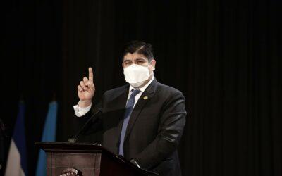 Defensora de los habitantes de Costa Rica desmiente etiqueta «antivacunas» que le pretende poner el Presidente