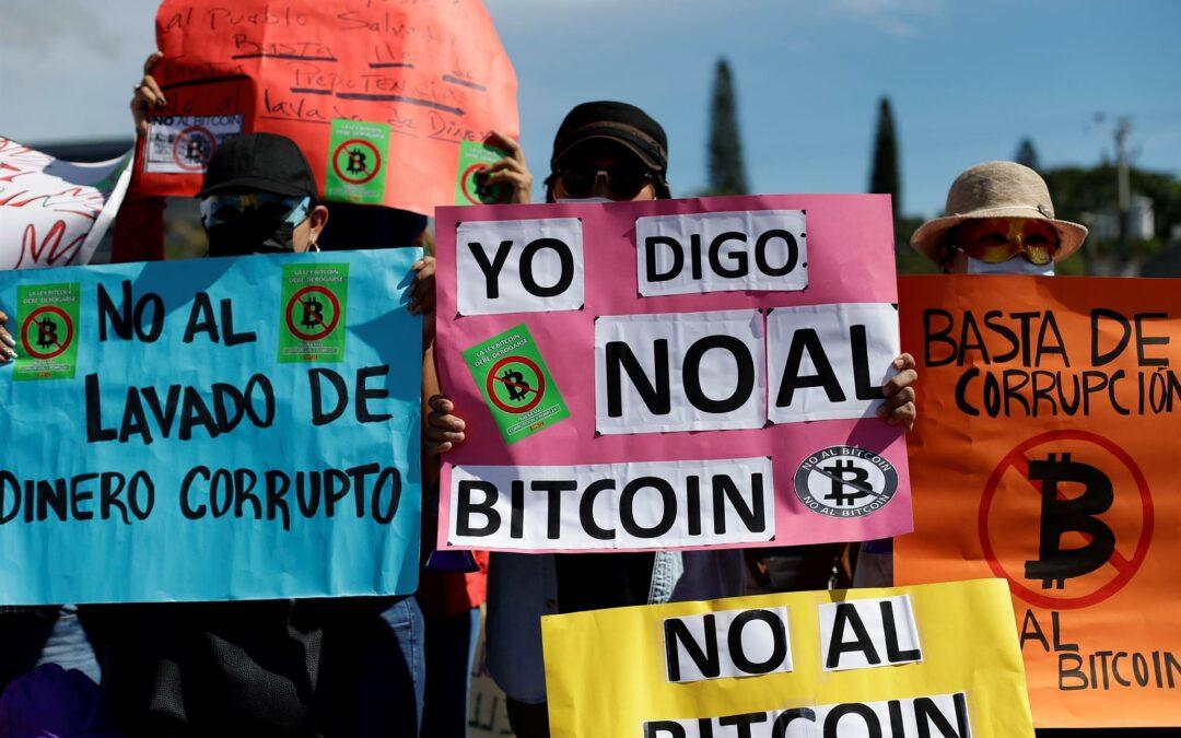 Salvadoreños salen a las calles para manifestarse en contra del bitcóin