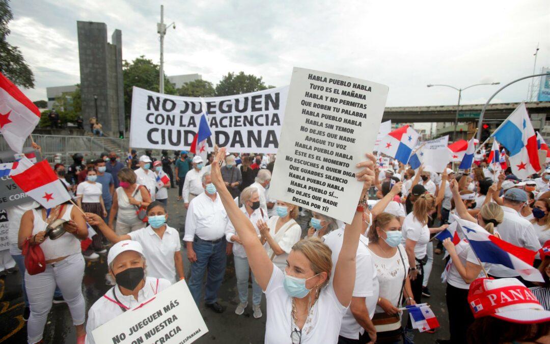 Centenares de personas vuelven a protestar en Panamá por la reforma electoral