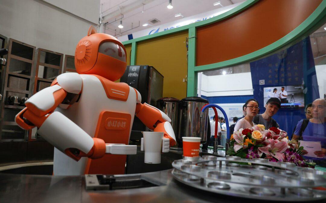 Robots de entregas amenazan los trabajos de millones de repartidores chinos